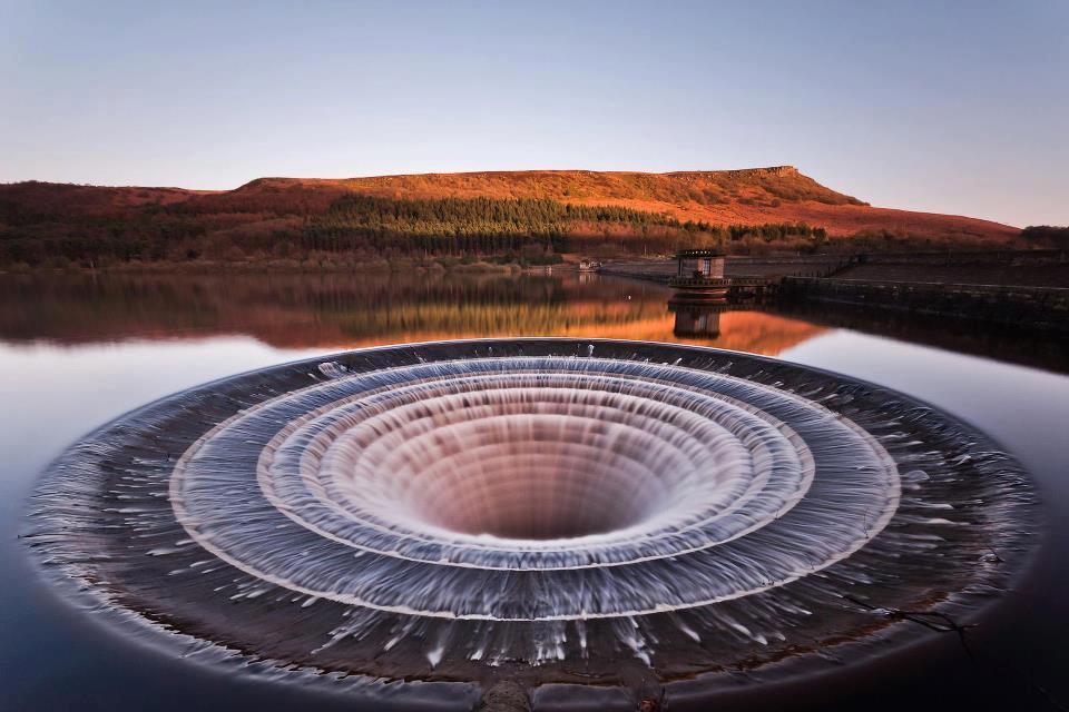 Bodyboard : un réservoir d'eau dans le Derbyshire, en Angleterre